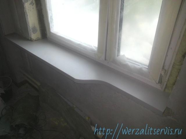 Подоконник Werzalit цвет светло-серый радиусный смонтирован на кухне для открытия дверцы холодильника