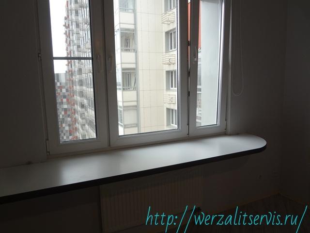 Фото стола подоконника Werzalit Expona цвет полярно-белый АБС кант черный.